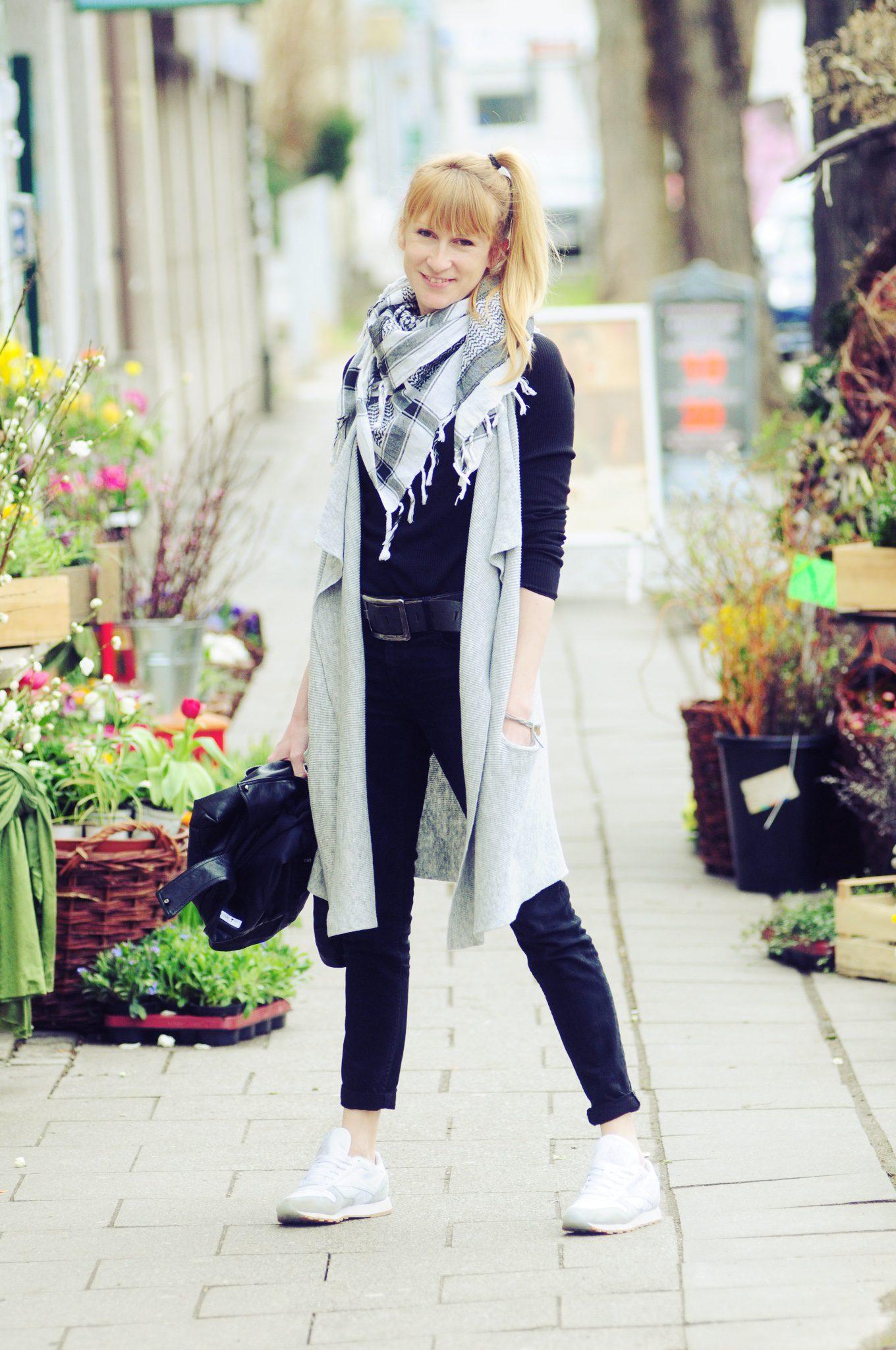 Strickweste, sportlicher Look, lange Weste, Frühlingslook, Streetstyle, Mamablog, Modeblog, Modemama
