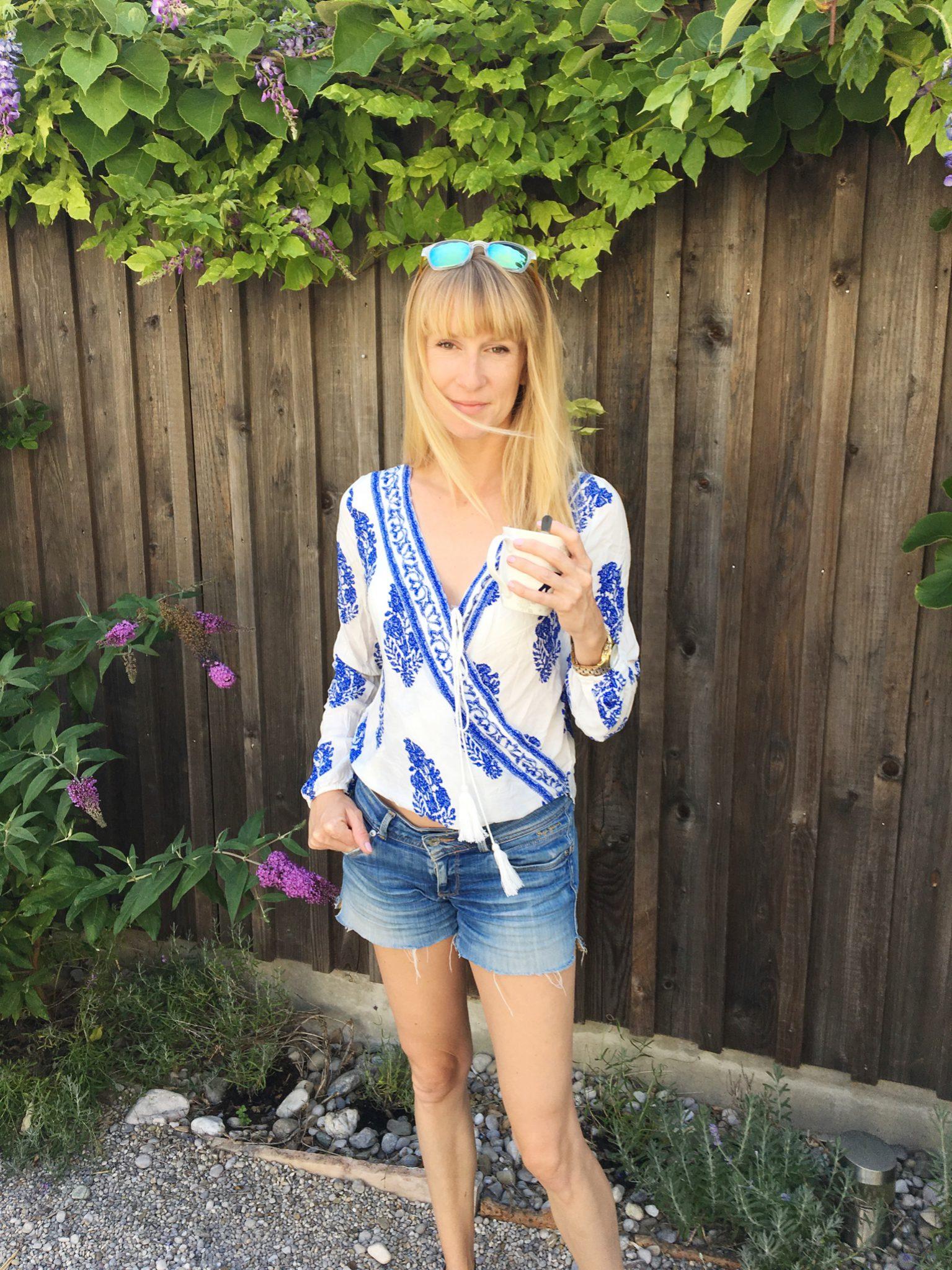 Tunika, Shein, blaue Tunika, Sommerlook, Modemama, Kaffee am Morgen, Mamablogger, Mamablog, Modeblog, Fashionblog, Jeansshorts, verspiegelte Brille