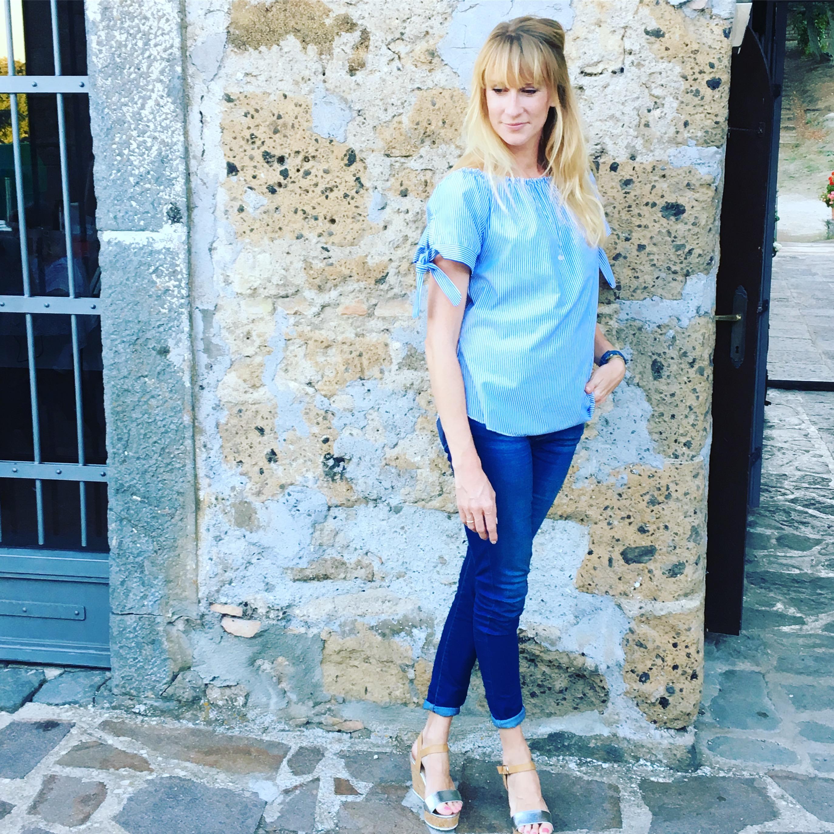 Sommerlook in blau-weiß, sommeroutfit, Sommerbluse, mamablog, modemama, Urlaubsfoto, urlaubslook, carmenblusr