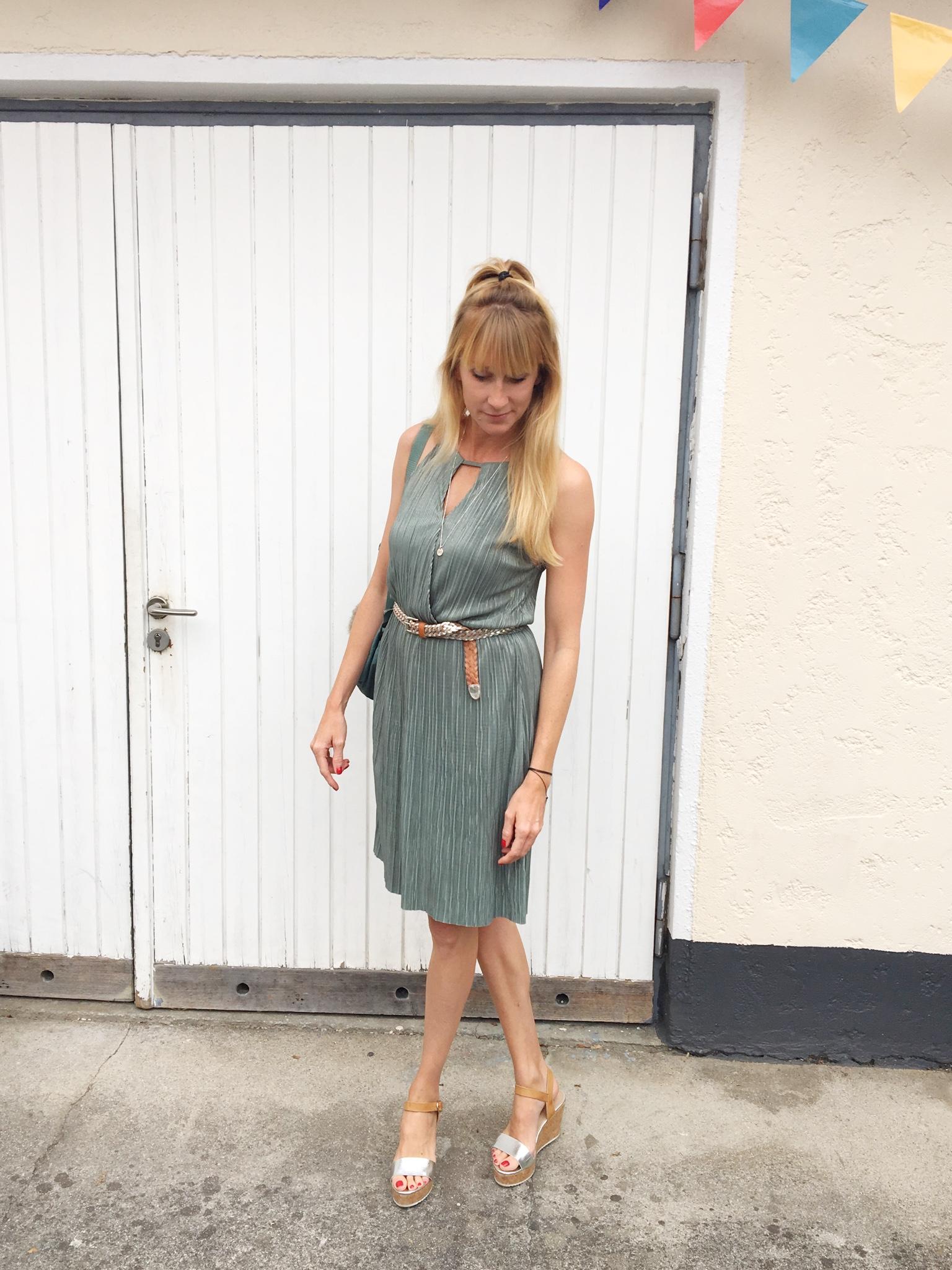Sommerkleid im Metallic-Look, Metallic-Look, Kleid, Sommerkleid, Pliseekleid, Mamablog, Modeblog, Mamainstyle, Modemama
