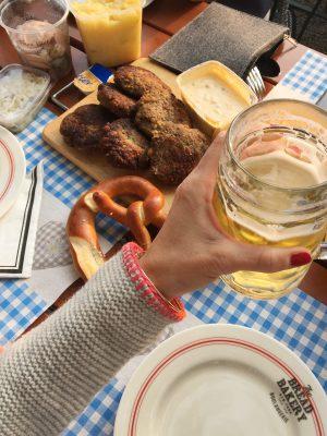 Trachtenjacke, bestickte trachtenjacke, Wienskönig Strickjacke Katrin, Biergartenlook, bayerischer Look, Trachtenlook, Strickjacke, bestickte Strickjacke, Herbstlook, Mamablog, Modemama, Modeblog