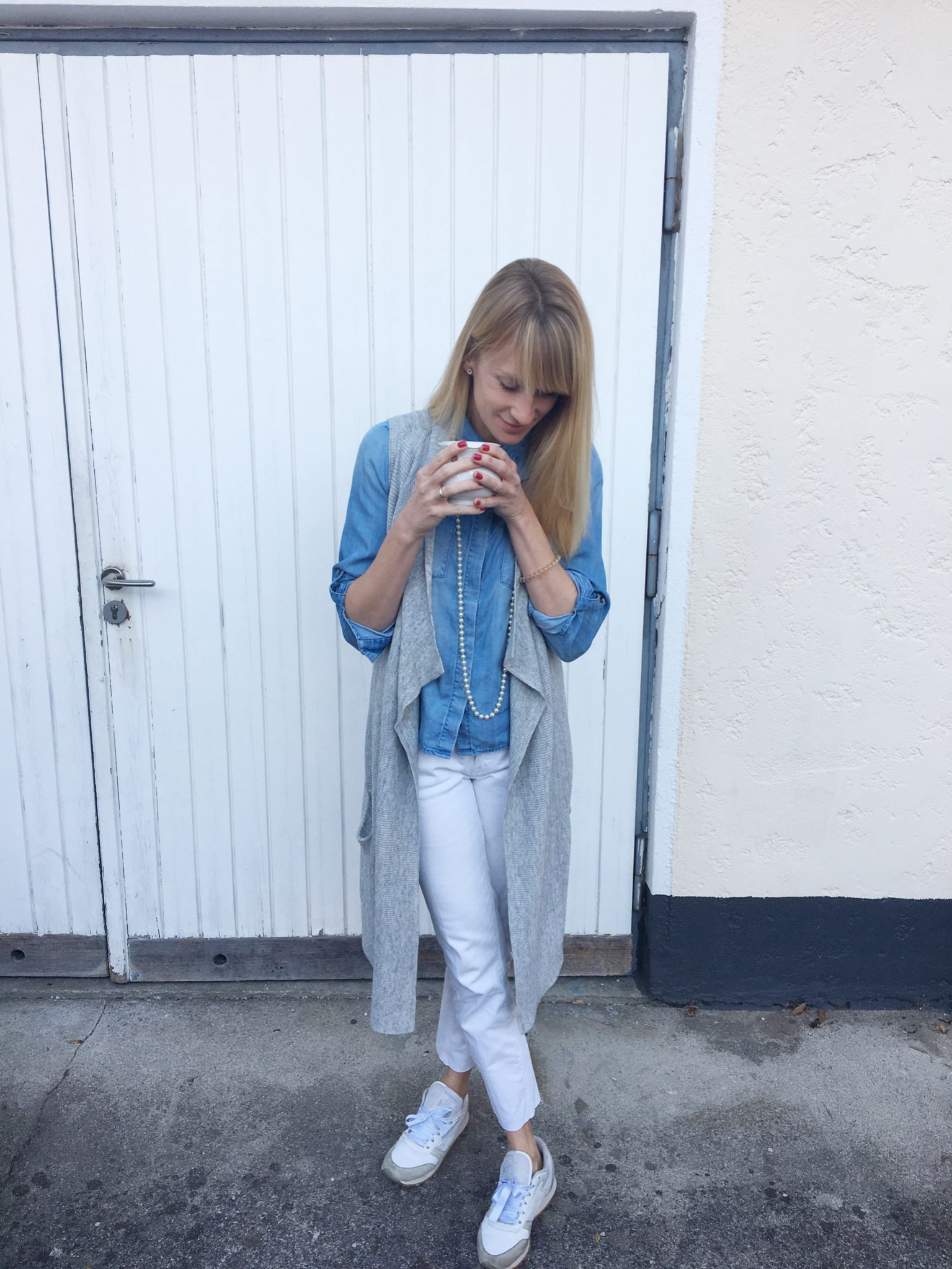 weiße Jeans, Jeanslook, Outfitinspiration, Outfitpost, Perlenkette, Strickweste, Mamablog, Modeblog, Mama Mode Blog, Modemama, Streetetyle, ichheuteso