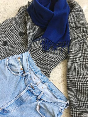 blauer Cashmere Schal, Schal Colombo, Streetstyle, Outfit of the day, Grafitti, Karomantel, blauer Schal, Jeanslook, Boyfriendjeans, Mamainstyle, Mamablog, Modeblog, Mama Mode Blog