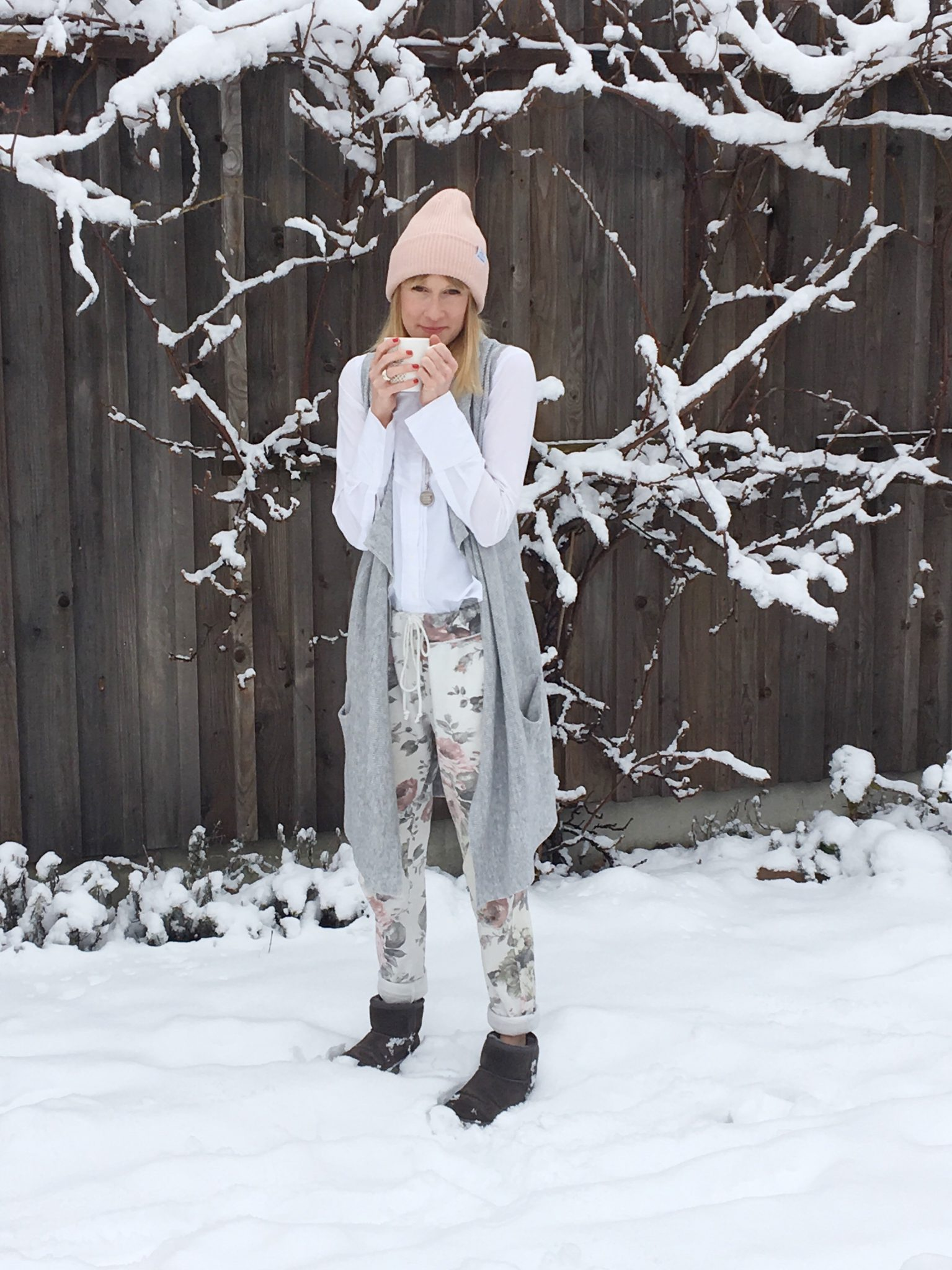 Joggingpants, weiße Bluse, Esprit, Jogginghose, Klassiker, Modemama, Mamainstyle, Mamablog, Modeblog, Trend Jogginghose, Winterlook, Leisure Look
