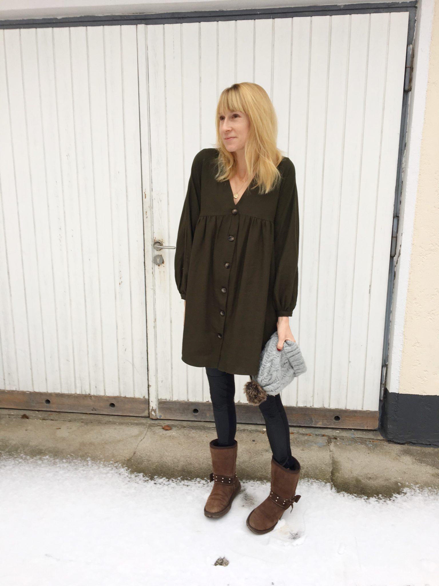 5e1d5288f6b482 Es ist in einem dunklen grün und aus einem dicken Baumwollstoff. Durch die  langen Ärmel ist das Kleid mit Knöpfen ideal für kalte Tage.