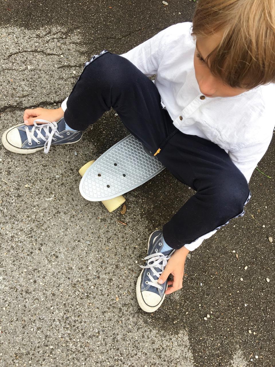 Skateboardfahren und Kinderpflaster.